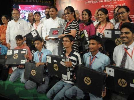 cm-akhilesh-yadav-distributes-laptops-to-students-557080f23a2c0_exlst