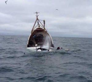 boat-sink-in-sea_574e9f3a6fe42