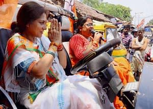 rupa-ganguly-pushes-a-tmc-worker-outside-the-polling-booth_571e17c5a3928